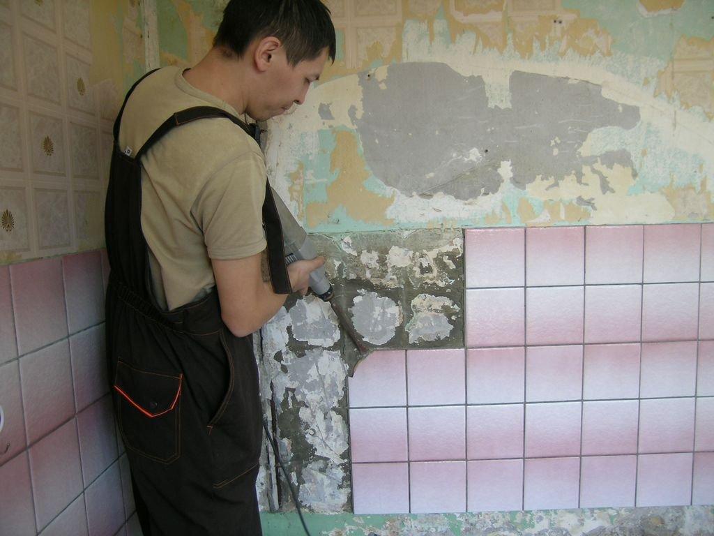 демонтаж старой кафельной плитки