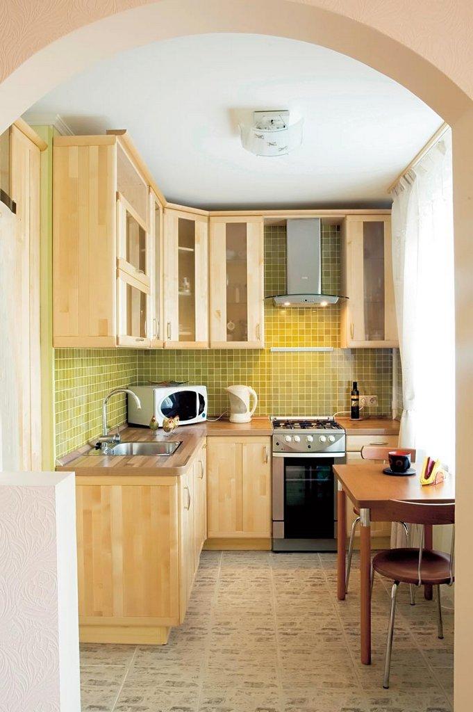 Маленькая кухня с аркой вместо двери