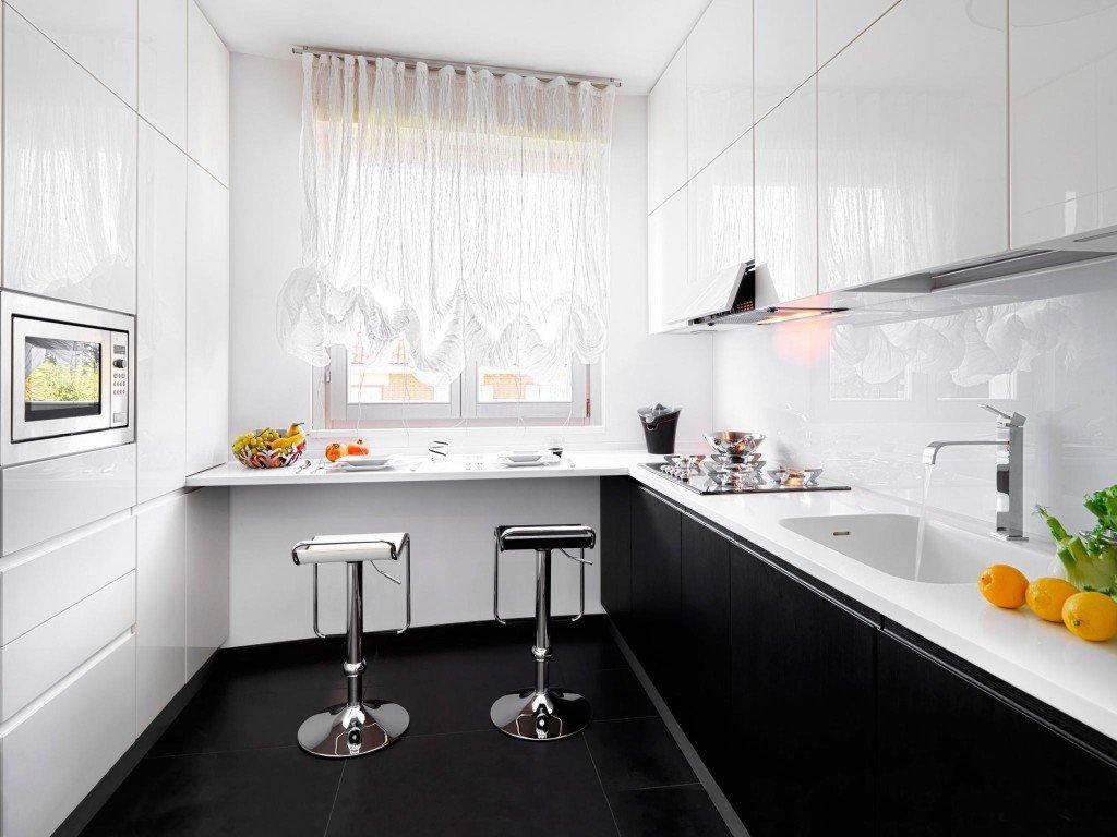 Дизайн кухни с барной стойкой с окном