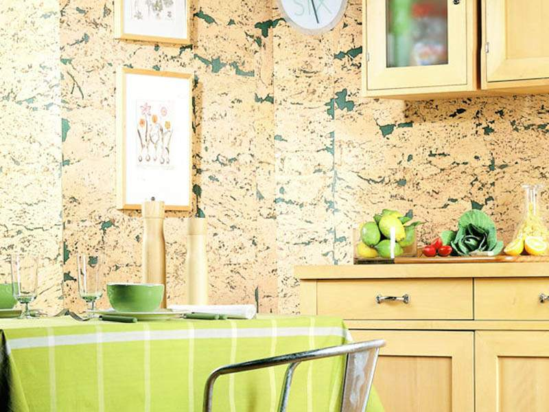 Пробка на стенах кухни