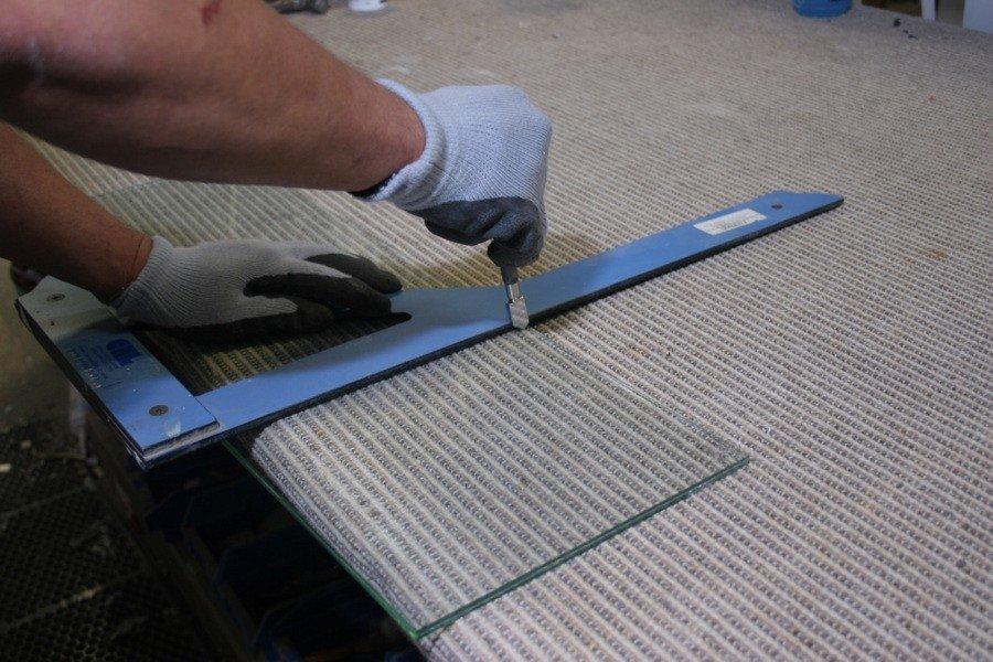 Резка стекла в домашних условиях – особенности работы со стеклорезом и без него