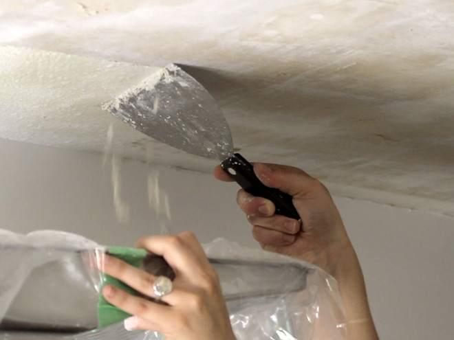 Снимаем старую краску с потолка
