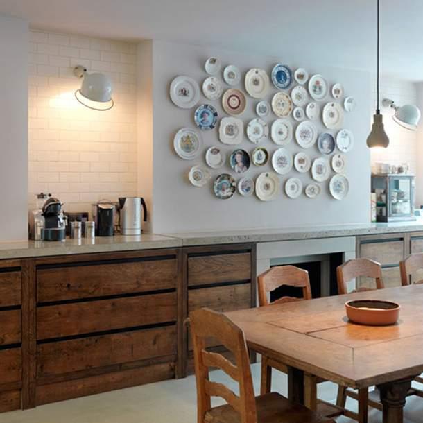 Тарелки в интерьере кухни в скандинавском стиле