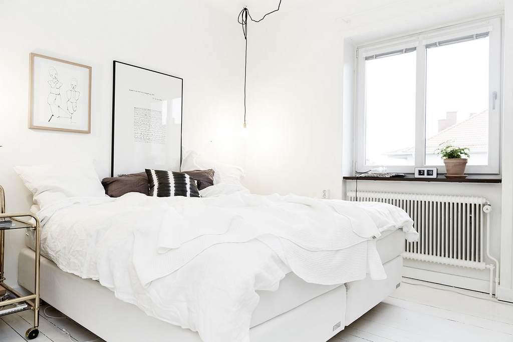 Интерьер спальни маленького размера в белом цвете