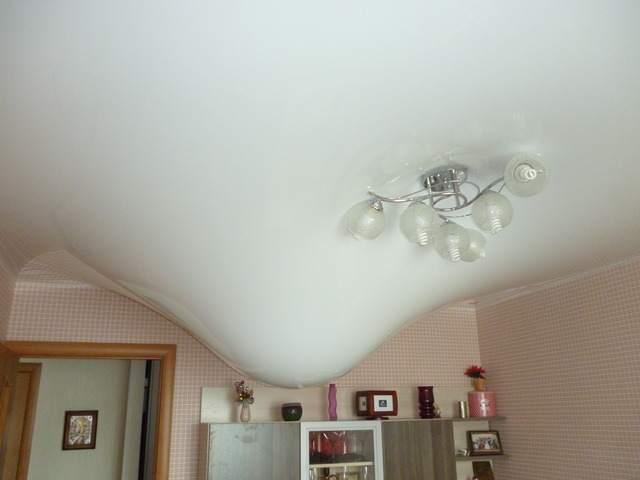Потолок из ПВХ спасает кухню от подтопления