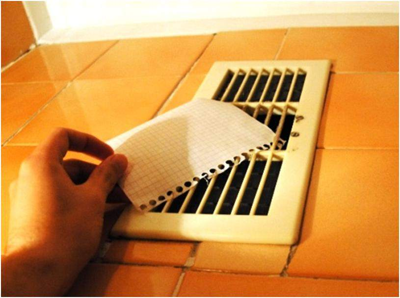 Проверяем вентиляцию с помощью листка бумаги