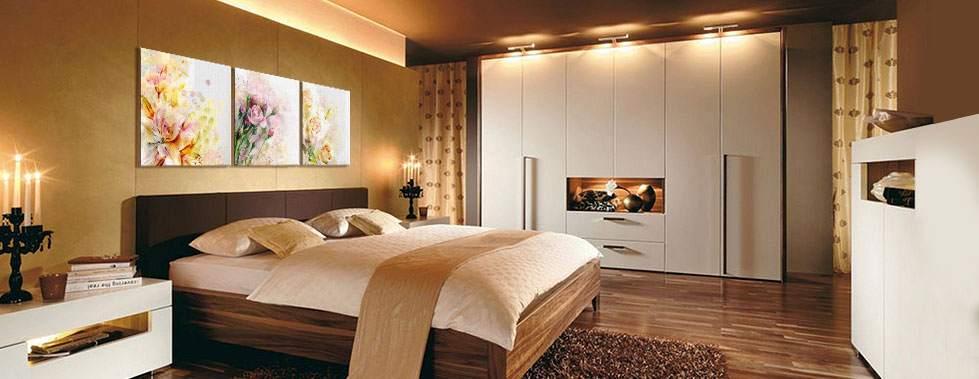 Украшаем спальню составной картиной с цветами