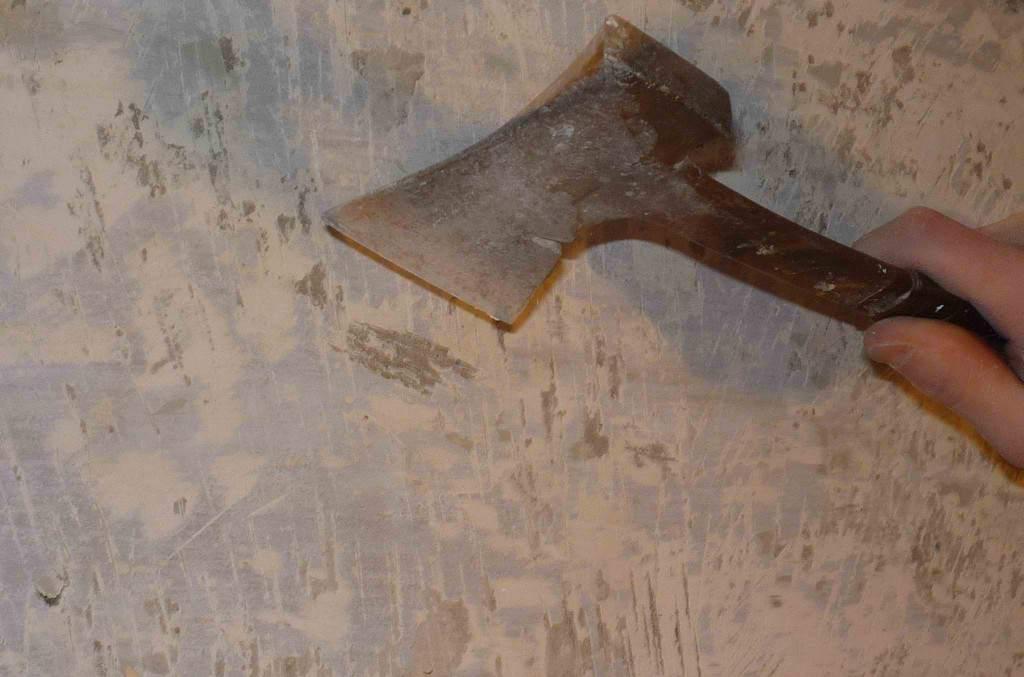 Удаляем старое покрытие топором