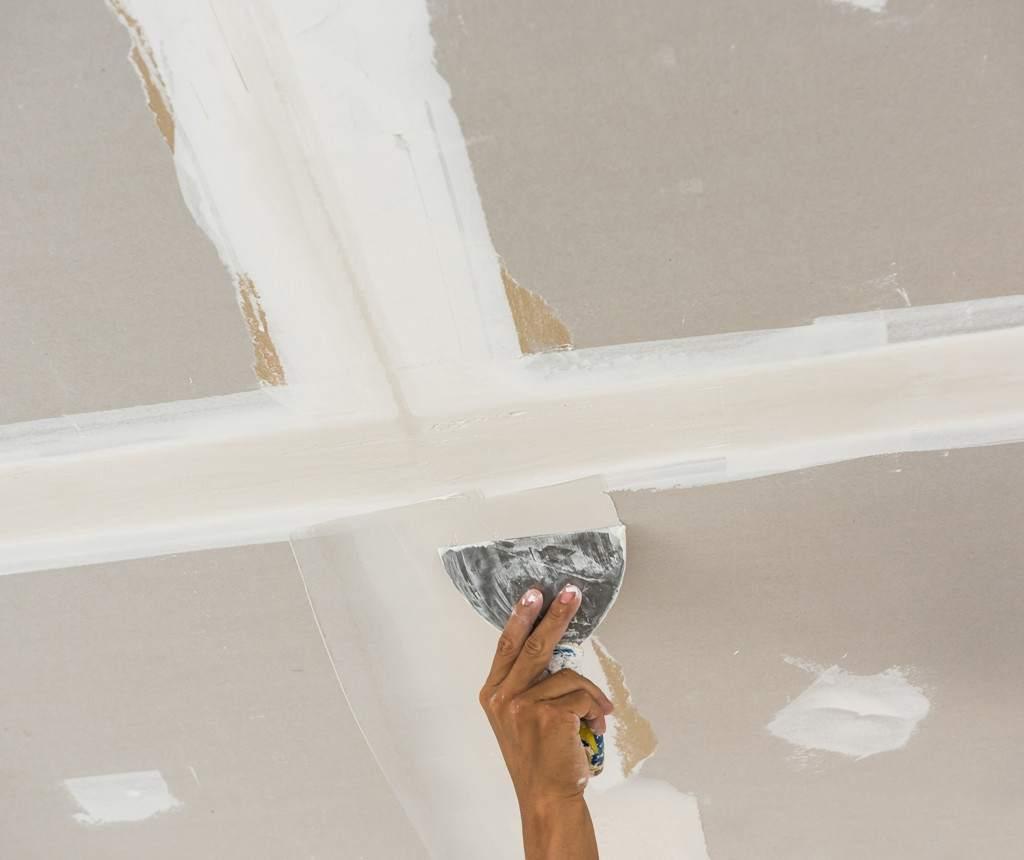 Заделка трещин и швов в потолке