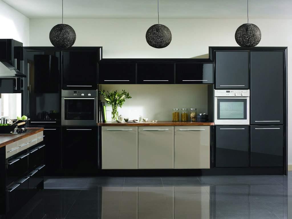 Черный цвет для стен - не лучшее решение, стоит ограничиться мебелью