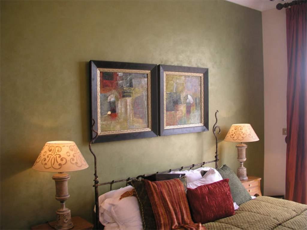 Декоративная штукатурка в спальне в стиле кантри