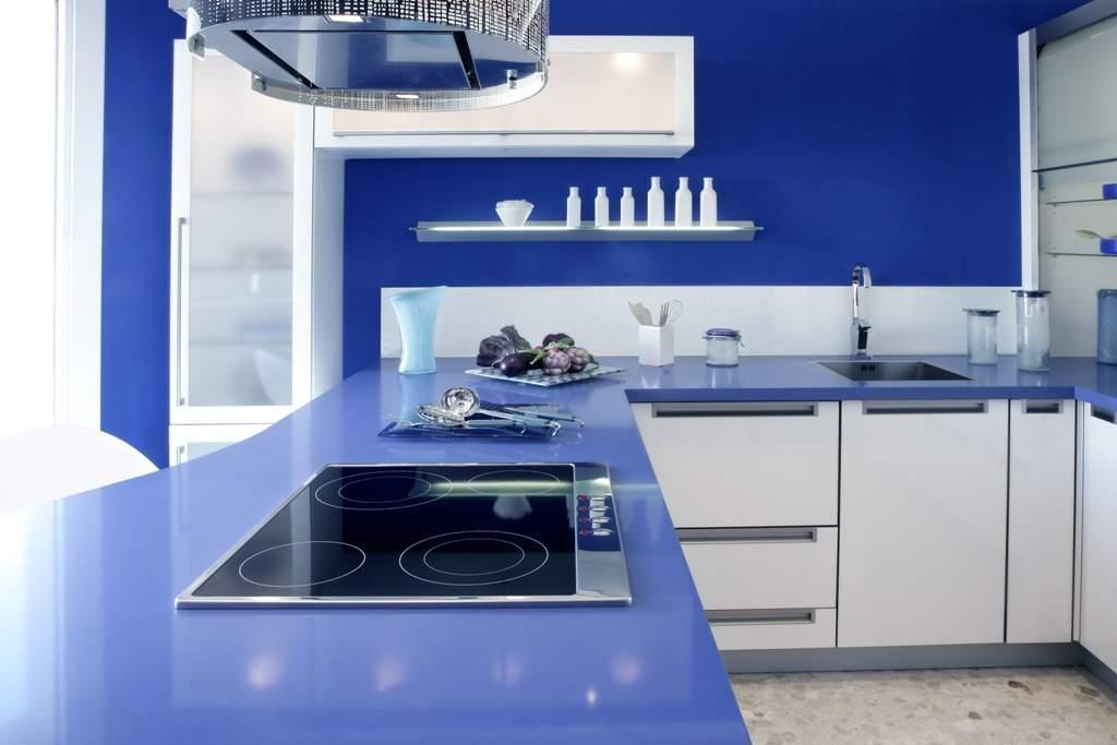 Хорошо освещенная кухня, окрашенная в холодный синий цвет