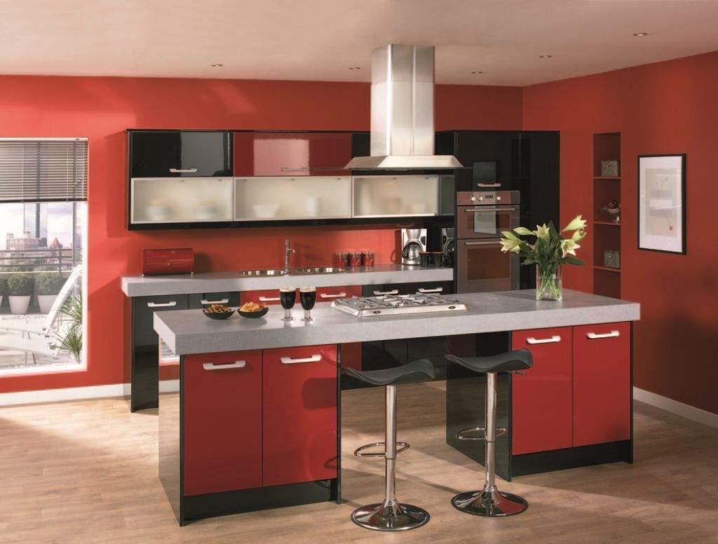 Кухня со стенами красного кирпичного цвета