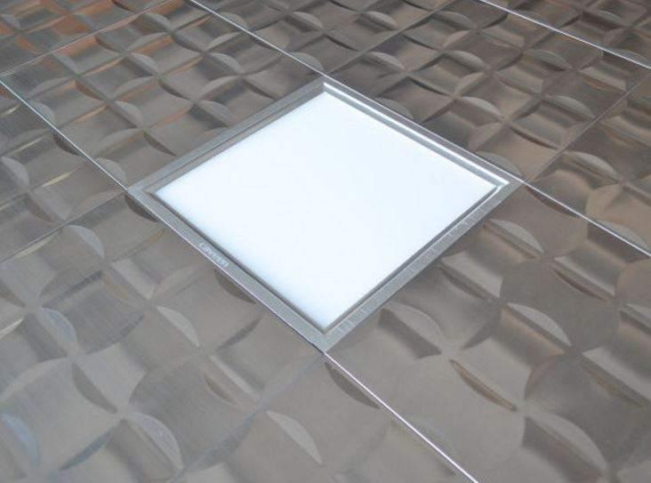 Модульная лампа, установленная на кассетном потолке