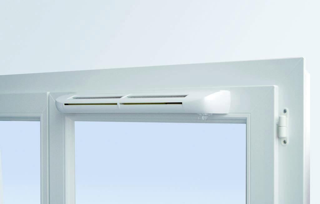 Окно с установленным приточным клапаном
