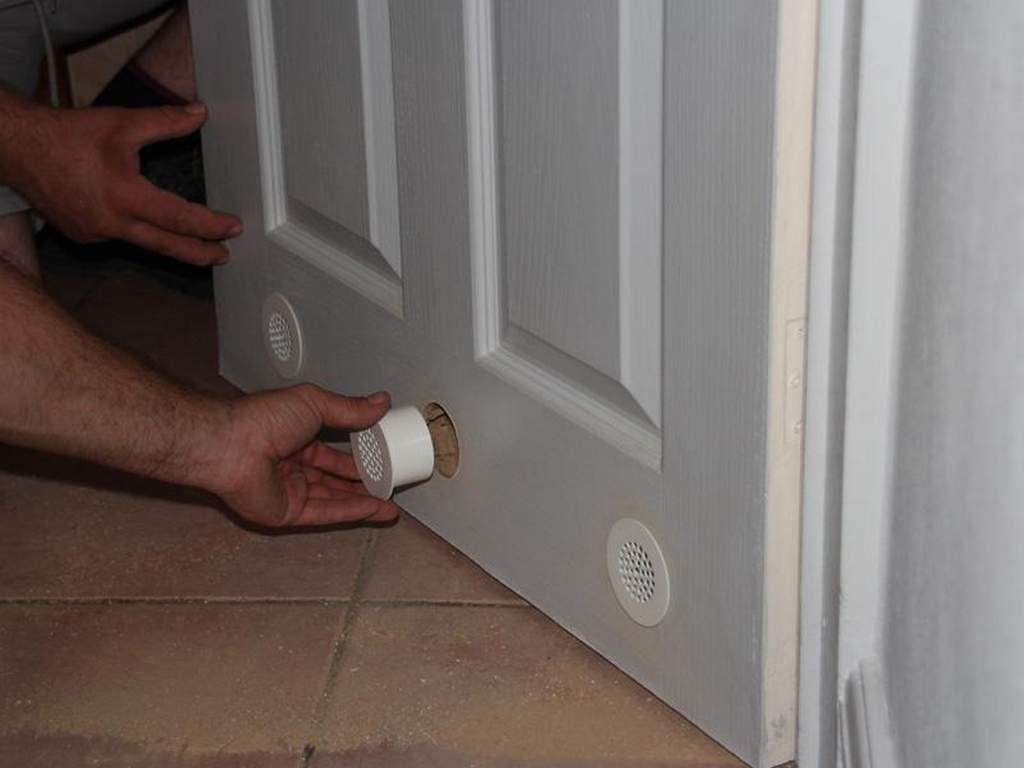 Отверстия в двери для циркуляции воздуха между комнатами