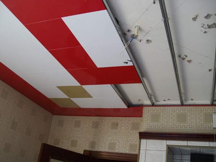 Потолок с рисунком монтируется от центра комнаты