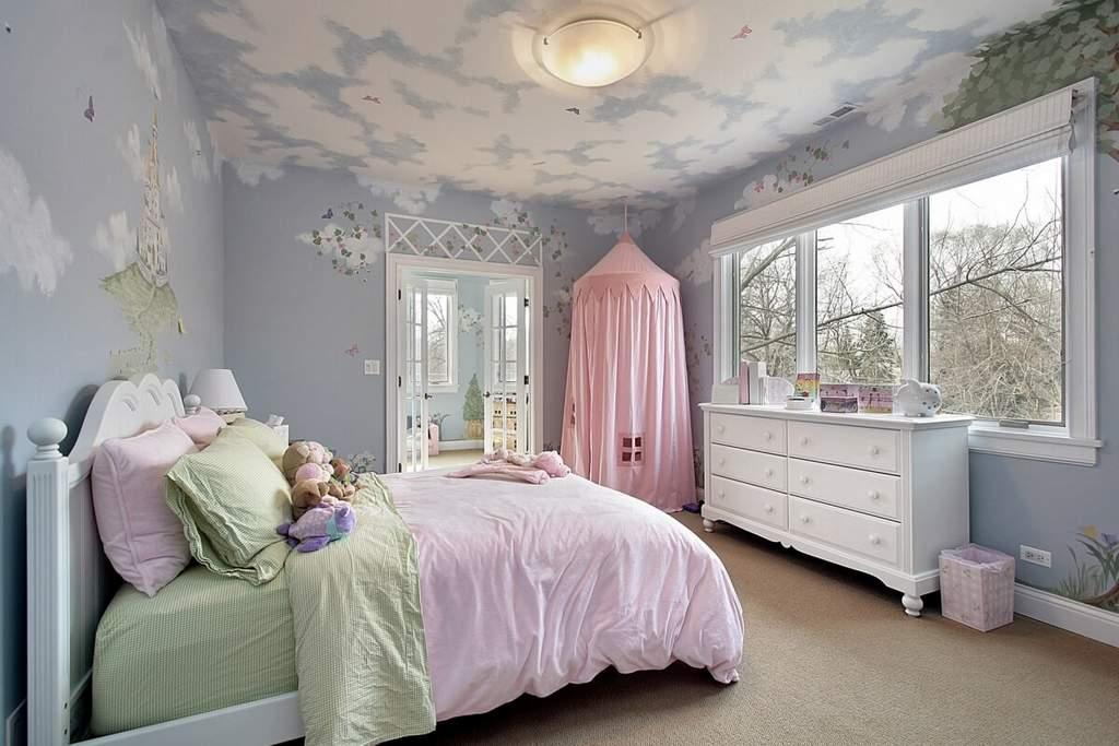 Оштукатуренный потолок в детской с росписью