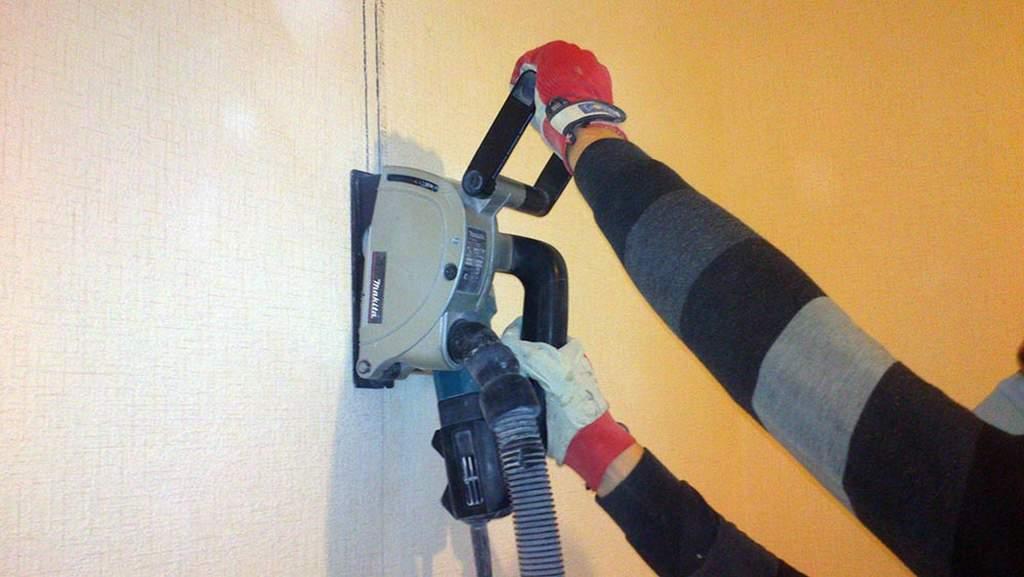 Штробим стены при помощи штробореза