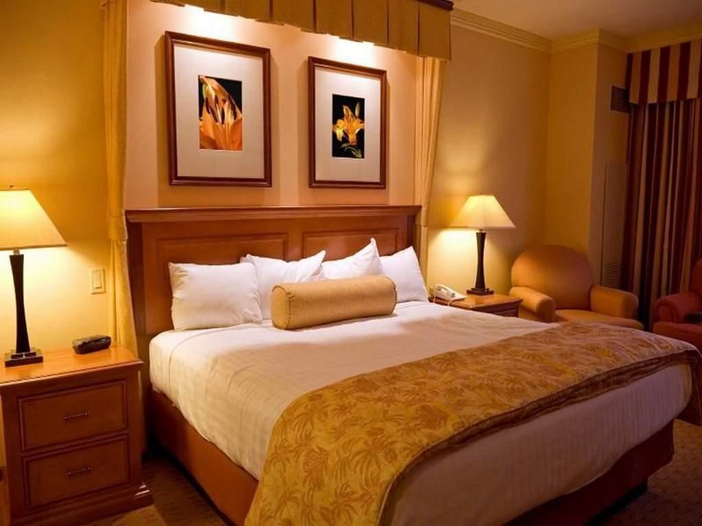 Теплое уютное освещение в спальне