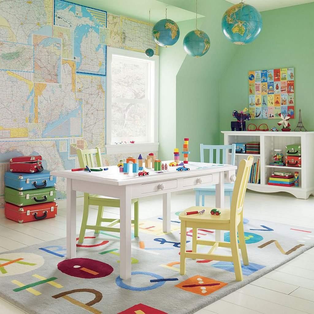Украшаем потолок в детской подвешенными глобусами