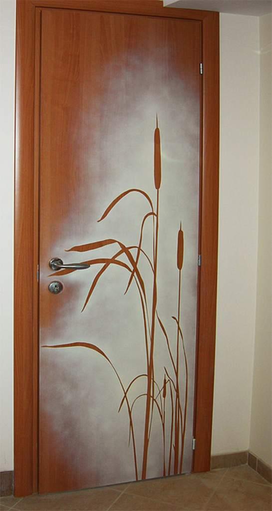 Украшение входной двери с использованием трафарета