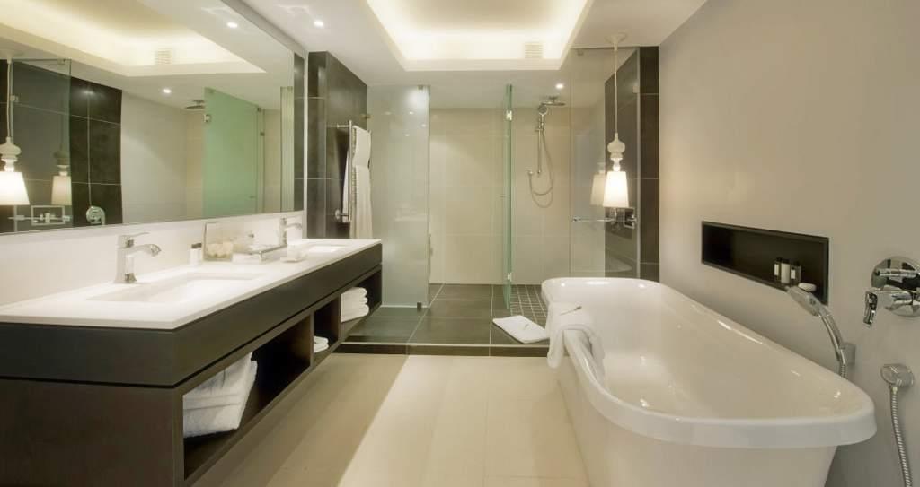 Дизайн ванной комнаты с душевой кабиной и ванной