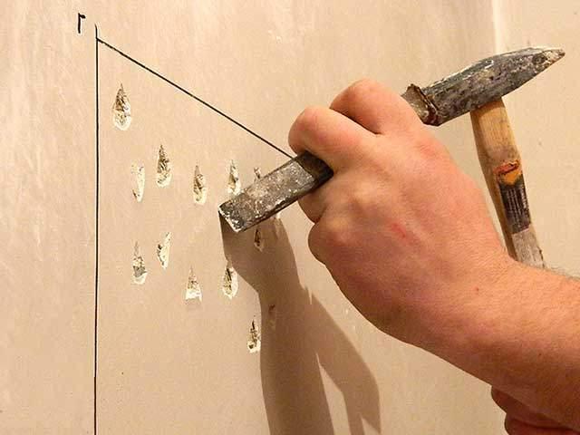 Нанесение насечек на стену