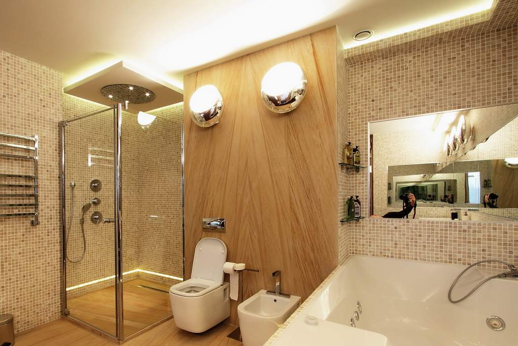 Освещение в санузле с ванной и душевой кабиной