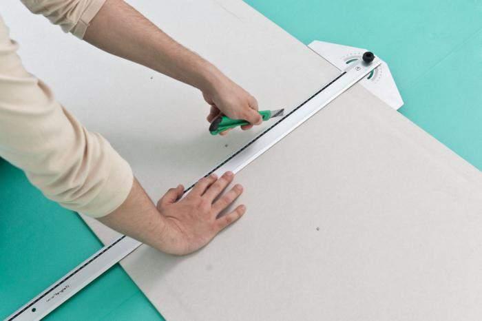 Разрезание листа гипсокартона по прямой линии