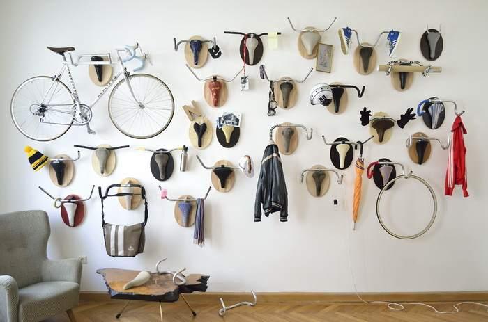 Коллекционные предметы на стене