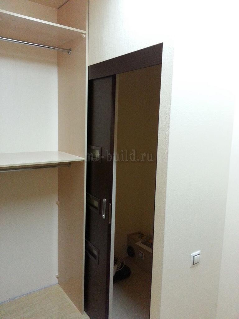 Дверь заходит в пространство между шкафом и стеной