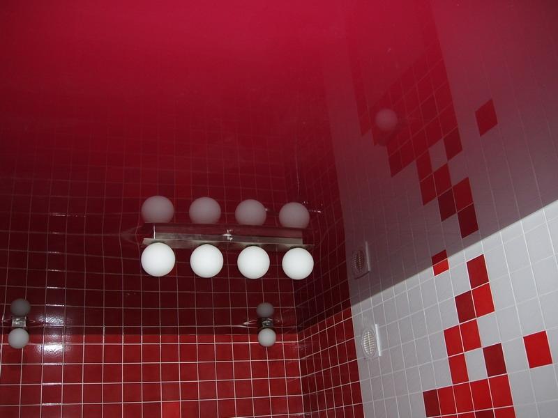 Натяжной потолок в ванной из ПВХ