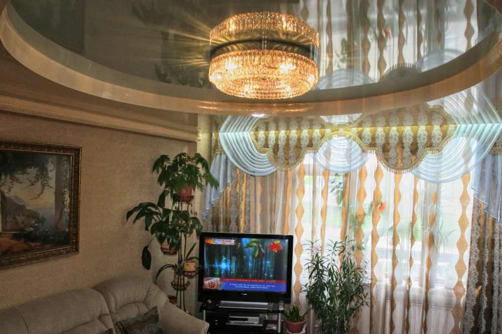 Эффектный натяжной потолок в небольшом зале