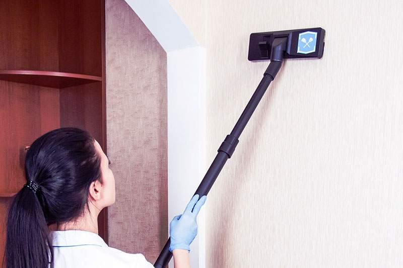 Очистка стен от пыли пылесосом