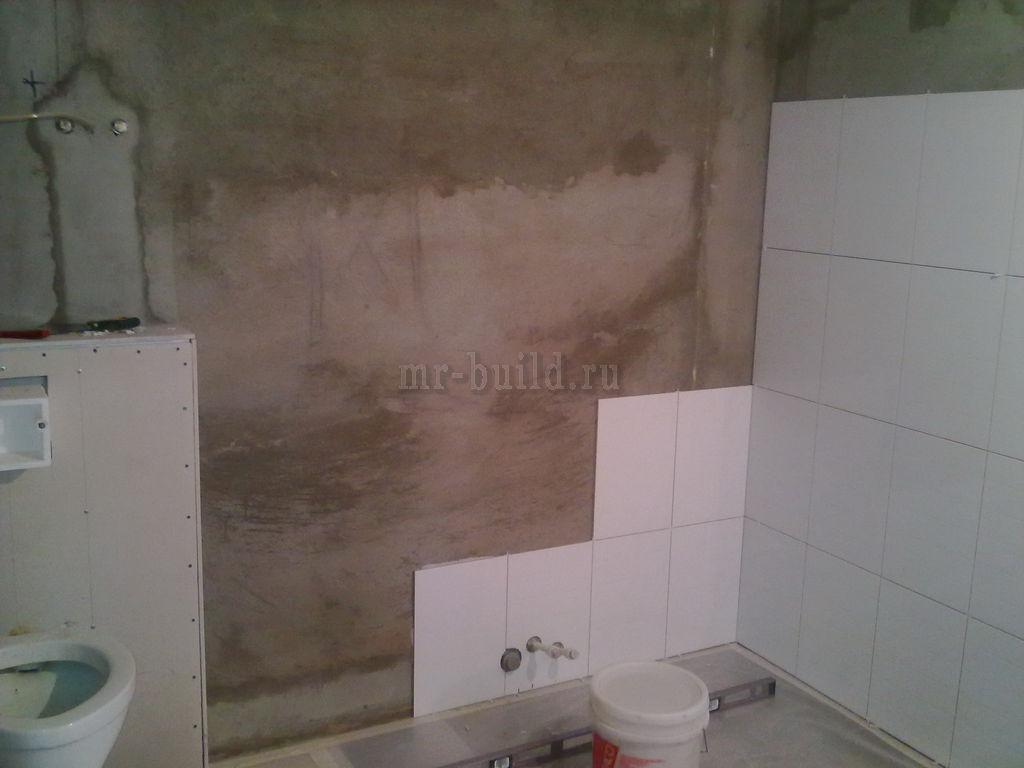 Процесс укладки кафеля на стену