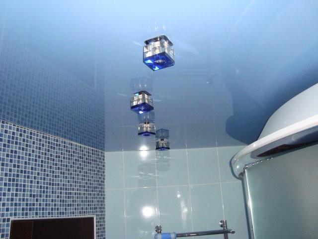 Светильники на потолке в ванной