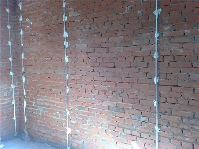 Маяки, установленные на кирпичную стену