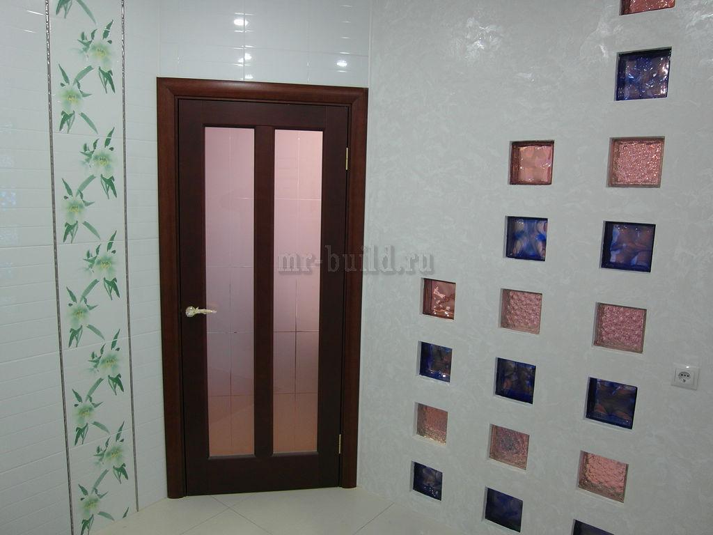 Установленная дверь в санузле