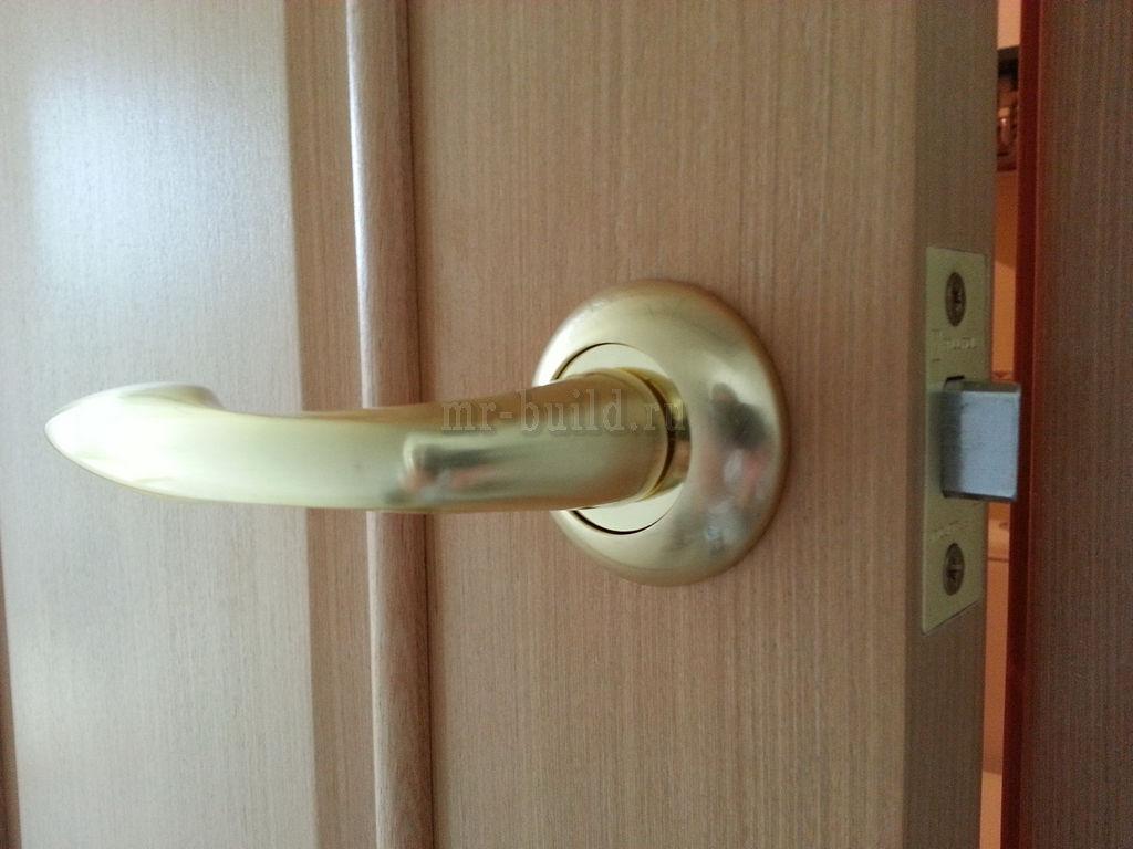 установленная фурнитура на шпонированные двери