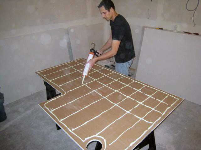 Нанесение клея на лист гипсокартона при бескаркасном монтаже