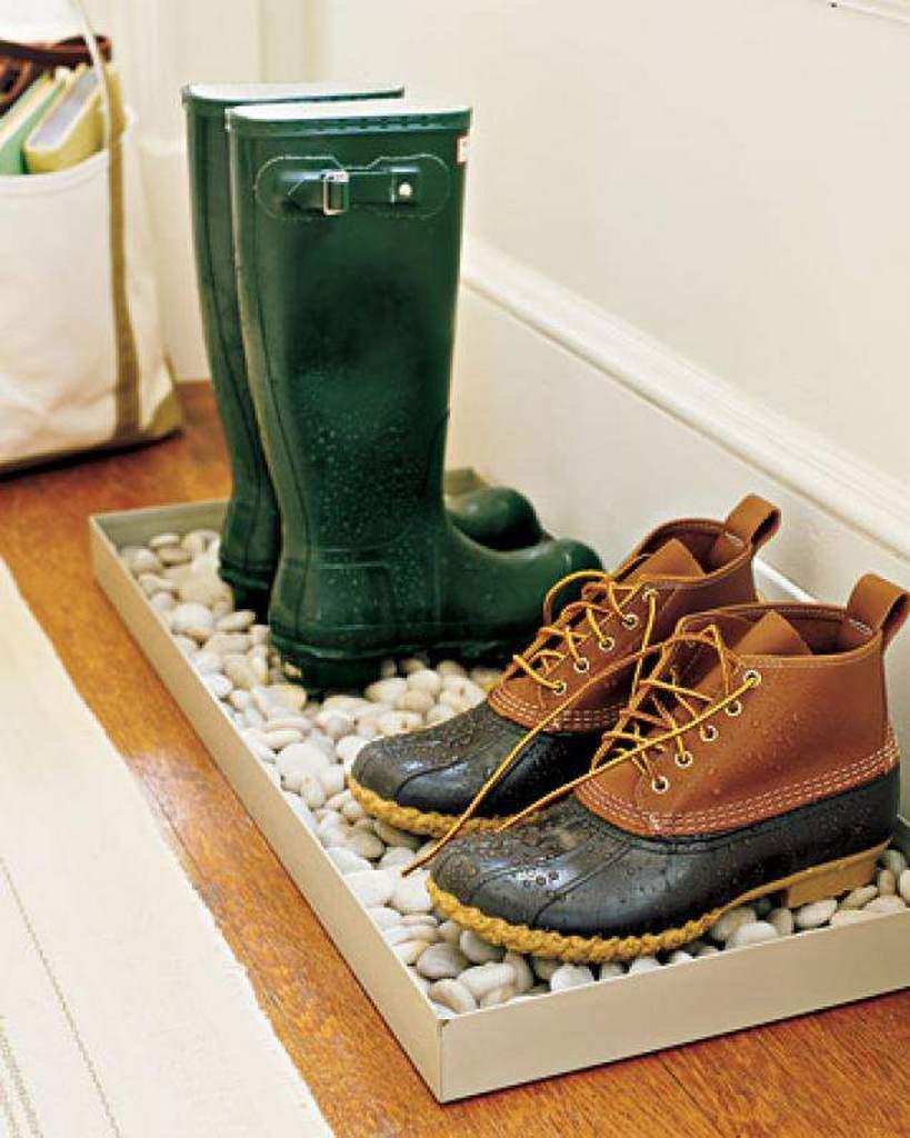 Идея хранения мокрой и грязной обуви в прихожей