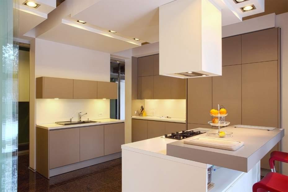 Лаконичная, строгая и очень удобная кухня позволяет в полной мере оценить достоинства стиля