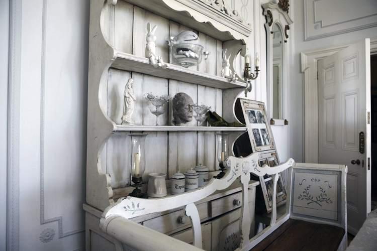 Состаренная и декупажированная мебель, характерная для интерьера шебби шик