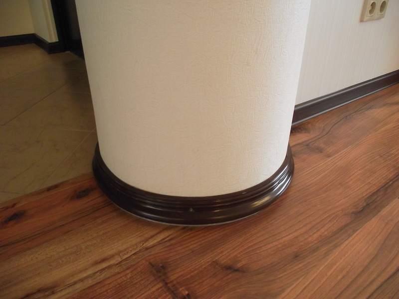 Оформление низа колонны напольным плинтусом