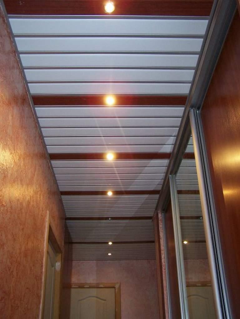 Реечный потолок подойдет для узкого коридора
