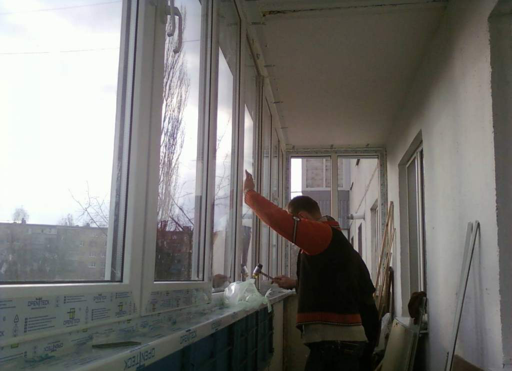 Установка стеклопакетов на балконе