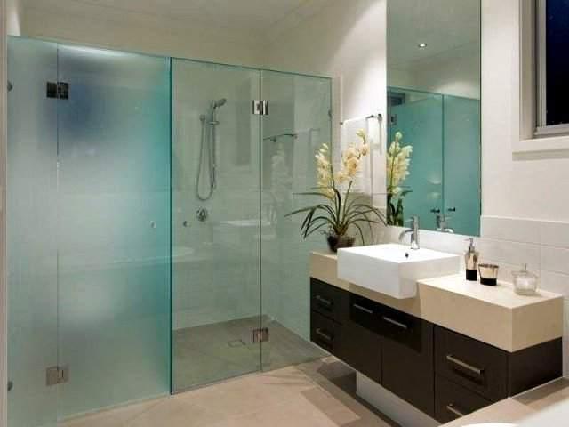 Ванная, зонированная стеклом, имеет множество преимуществ