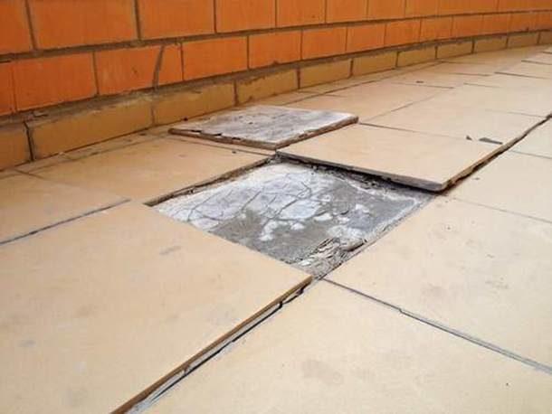 Работать с плиточным клеем значительно проще, чем с цементно-песчаным раствором