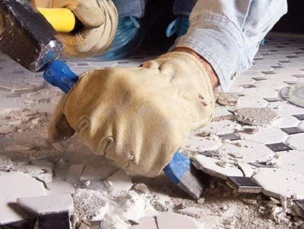 Для аккуратного удаления старого покрытия с пола потребуются некоторые инструменты и приспособления